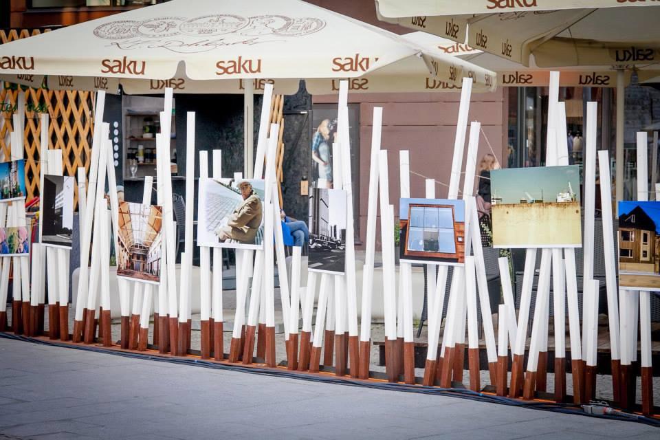 """Fotonäitus """"Raamist välja linnaruum"""" Tallinna noortenädalal Rotermanni kvartalis."""